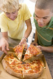 мальчики есть пиццу подростковую стоковые изображения rf