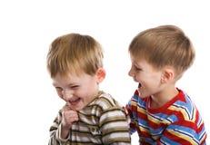 мальчики жизнерадостно играют детенышей Стоковые Фотографии RF