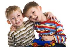 мальчики жизнерадостно играют детенышей стоковые изображения