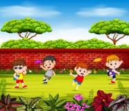 Мальчики играют frisbee и скачут около красной стены иллюстрация вектора