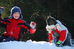 мальчики играя снежок стоковые изображения