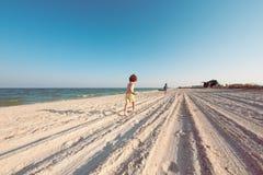 Мальчики играя с песком на пляже Стоковое Фото