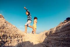 Мальчики играя с песком на пляже Стоковое Изображение RF