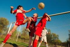 Мальчики играя футбол Стоковое Фото