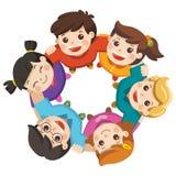 Мальчики и девушки приятельства стоя рука в руке формируя круг иллюстрация штока