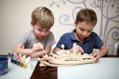 Мальчики крася модель военного корабля Стоковое Изображение RF