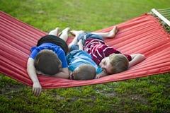 Мальчики на гамаке Стоковые Фотографии RF