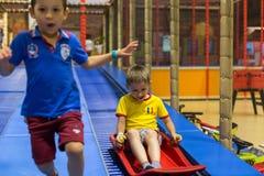 Мальчики на спортивной площадке Стоковое Фото