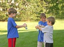 мальчики снимая шнур стоковая фотография