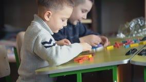 Мальчики собирают дизайнерское сток-видео