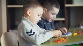 Мальчики собирают дизайнерское акции видеоматериалы
