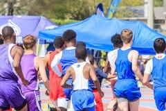 Мальчики состязаются в жаре в 1600 метров на пригласительном стоковая фотография rf