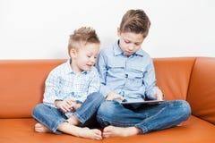 Мальчики с ПК таблетки Стоковое Изображение
