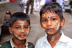 Мальчики с покрашенными сторонами, фестивалем Palki, Пуной, махарастрой Стоковое Изображение RF