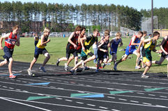 мальчики дистанцируют длиннюю гонку встречи начиная тэкс предназначенный для подростков Стоковая Фотография RF