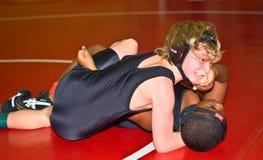 мальчики wrestling детеныши Стоковая Фотография
