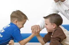 мальчики wrestling Стоковые Изображения