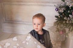 Мальчик, атмосфера рождества дома, рождественская елка Стоковое Изображение