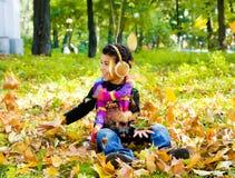 Мальчик афроамериканца сидя outdoors стоковые изображения rf