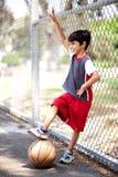 мальчик баскетбола его сь детеныши Стоковые Фото