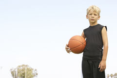 мальчик баскетбола играя детенышей Стоковая Фотография