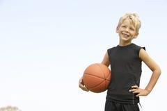 мальчик баскетбола играя детенышей Стоковые Изображения