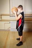 мальчик баскетбола подготовляя ход Стоковое Изображение RF