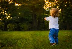 Мальчик бежать для пузырей стоковое изображение rf
