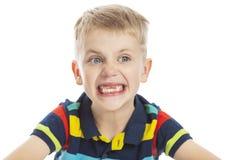 Мальчик без улыбок передних зубов широко o стоковое изображение rf