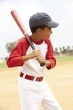 мальчик бейсбола играя детенышей стоковая фотография rf