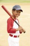 мальчик бейсбола играя детенышей Стоковое Изображение