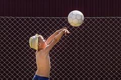 Мальчик бросает шарик в кольцо стоковая фотография rf