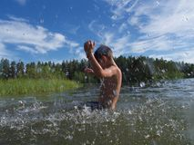 Мальчик брызгая в холодном норвежском море Стоковое Изображение RF