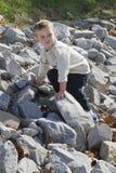 мальчик взбираясь немного стоковое изображение