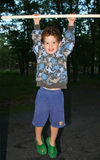 мальчик вися вне Стоковые Фото