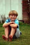мальчик вниз засевает лежать травой Стоковые Фотографии RF