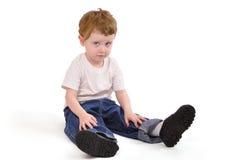 мальчик вниз сидя upset детеныши Стоковые Фотографии RF