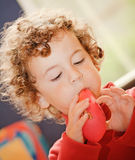мальчик воздушного шара дуя стоковое фото