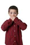 мальчик вручает рот над детенышами рубашки шотландки Стоковая Фотография RF
