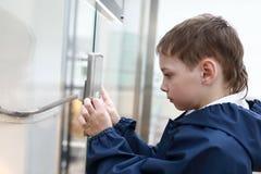 Мальчик вызывая лифт Стоковые Фотографии RF