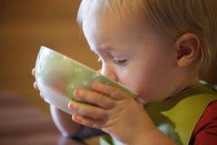 Мальчик выпивая независимо от шара стоковые фото
