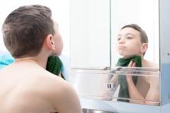 Мальчик в ванной комнате стоковые фотографии rf