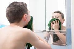 Мальчик в ванной комнате стоковое изображение