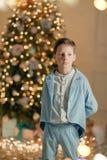 Мальчик в голубом костюме около рождественской елки стоковая фотография rf