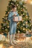 Мальчик в голубом костюме около рождественской елки стоковые фотографии rf