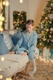 Мальчик в голубом костюме около рождественской елки стоковое фото