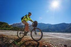 Мальчик в горах Гималаев, Anapurna велосипедиста Стоковая Фотография RF