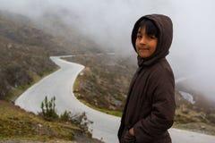 Мальчик в горе трассы Стоковые Фотографии RF