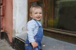 Мальчик в городе на большом здании Стоковое фото RF