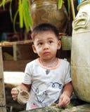 Мальчик в деревне стоковая фотография
